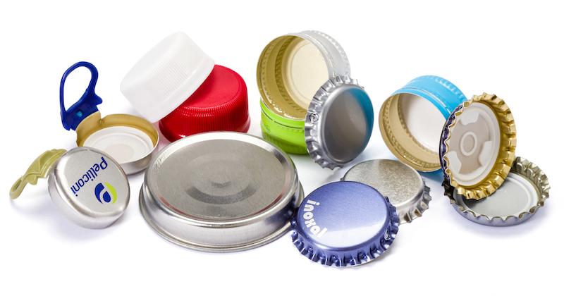 Produzione tappi a corona in metallo e chiusure in plastica